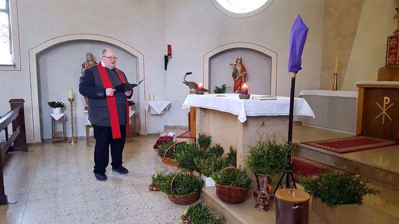 Pastor Schliebs segnet die Palmzweige, Foto: Angela Wächter